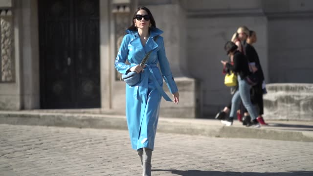 vídeos y material grabado en eventos de stock de nurce erben wears a blue pvc trench coat, a blue fanny pack bag, boots, sunglasses, outside maison margiela, during paris fashion week womenswear... - vestimenta para mujer