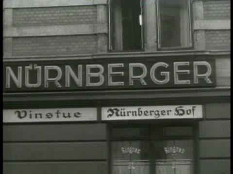 vidéos et rushes de nurnberger restaurant int restaurant w/ german nazi officers eating w/ wine german nazi officer sitting at table w/ woman wine bucket wwii world war... - 1942