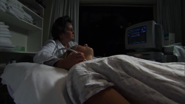 ms zi zo nurse and patient in clinic / burlington, vermont, usa  - burlington vermont bildbanksvideor och videomaterial från bakom kulisserna