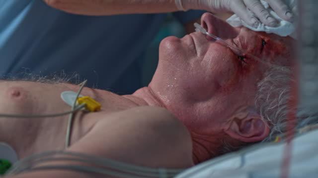 ds krankenschwester mit einem senior patienten baden icu bei nacht - 60 69 jahre stock-videos und b-roll-filmmaterial