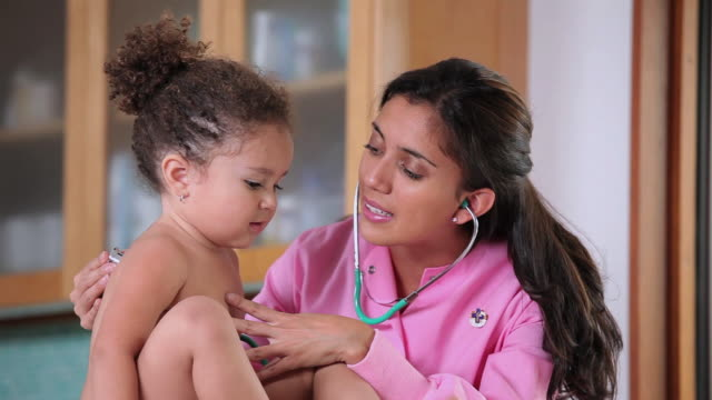 vídeos de stock, filmes e b-roll de ms nurse checking young child's heartbeat with stethoscope / richmond, virginia, united states - estetoscópio