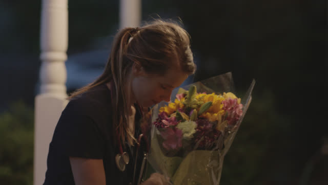 stockvideo's en b-roll-footage met nurse come home to flowers and a thank sign on her front doorstep. - north carolina amerikaanse staat