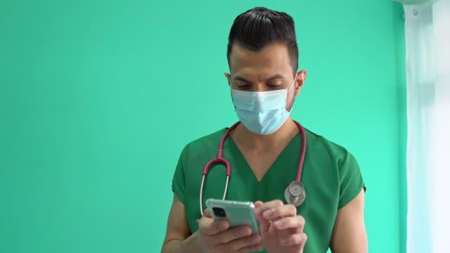 vidéos et rushes de infirmière ayant une consultation en ligne - s'adapter