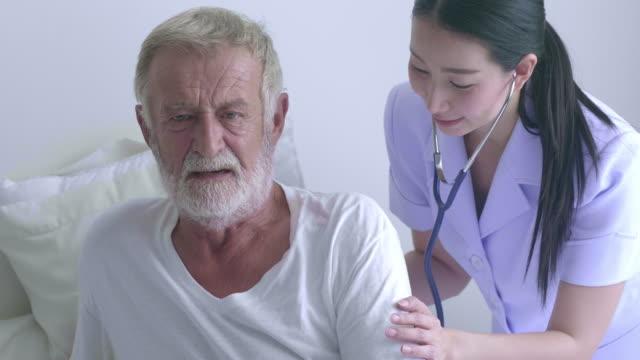 krankenschwester hilft senior man - großvater stock-videos und b-roll-filmmaterial