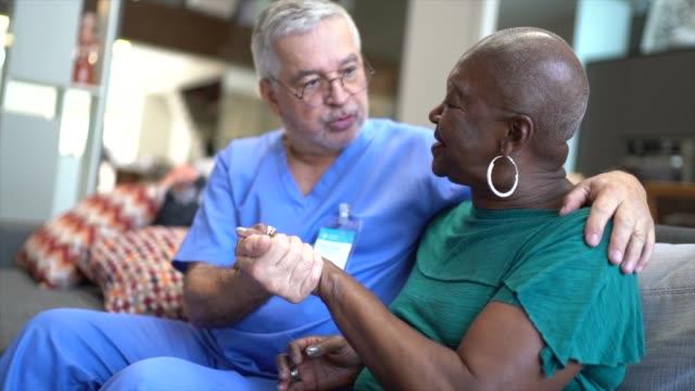 vidéos et rushes de infirmière retenant des mains du patient - infirmier