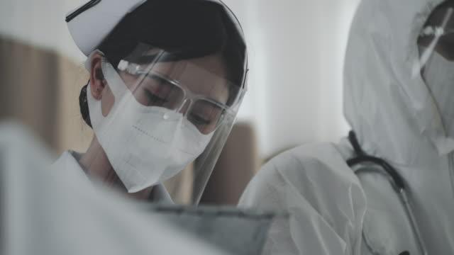 vídeos y material grabado en eventos de stock de enfermera en face shield - gafas panoramicas