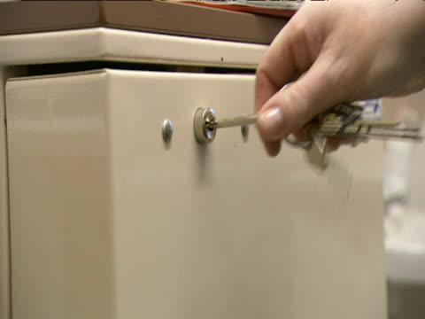 nurse opens medical cabinet - 交代点の映像素材/bロール