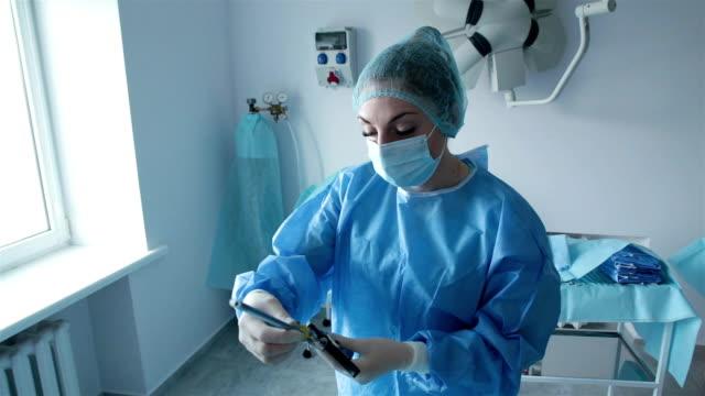 看護婦は手術のための医療器具を準備する。 - 産科医点の映像素材/bロール