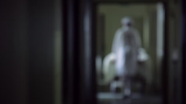vidéos et rushes de nurse pushing a cart - santé mentale