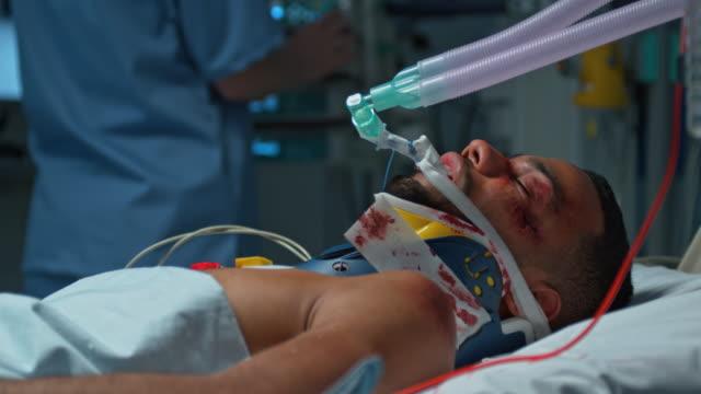 tu krankenschwester, die ihre patienten auf mechanische atmung zu unterstützen - namensschild etikett stock-videos und b-roll-filmmaterial