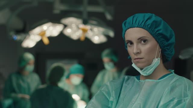 krankenschwester unter der ope-maske - op mundschutz stock-videos und b-roll-filmmaterial