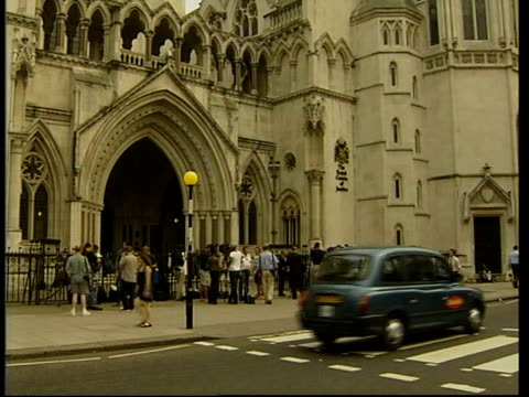 nurses win child abuse libel case; ext gv high court with press gathered outside - 文書による名誉棄損点の映像素材/bロール