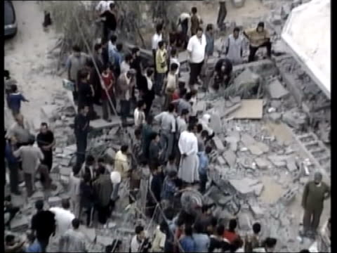 nusseirat refugee camp: ext gv wreckage of house bombed by israelis where hamas militant, jihad abu swerah, died crowd of people at site israel: west... - gaza strip stock videos & royalty-free footage