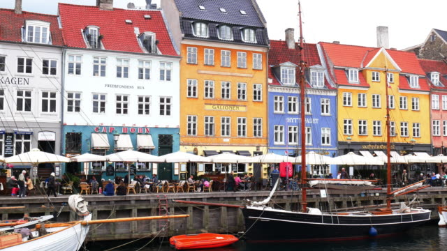 vídeos y material grabado en eventos de stock de nyhavn, copenhague, dinamarca - lugar turístico en escandinavia - copenhagen