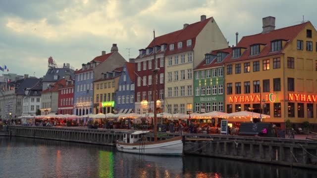 ニャウン コペンハーゲン サンセット トワイライト デンマーク 4k - オーレスン海峡点の映像素材/bロール