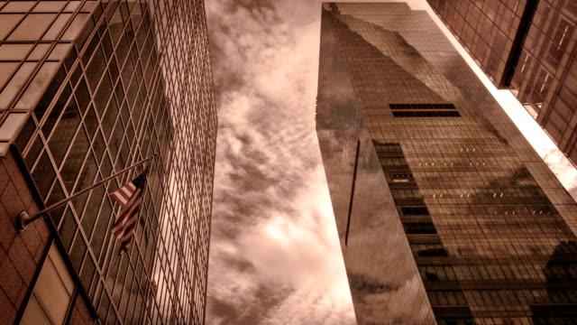 vídeos de stock, filmes e b-roll de nyw york edifício e bandeira eua - distrito financeiro de manhattan