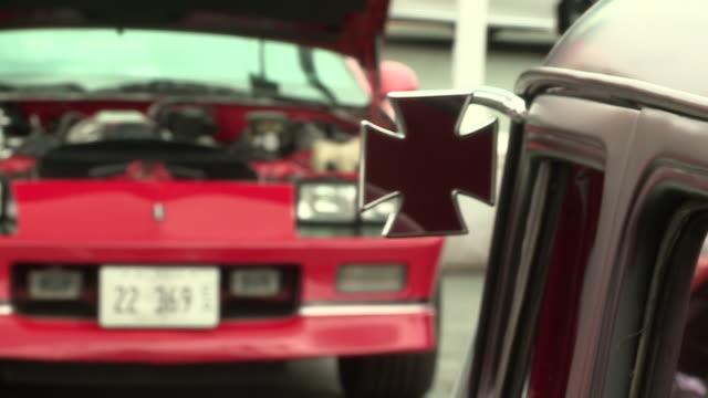 vídeos de stock e filmes b-roll de oak lawn, il, u.s - old classic cars with open hoods at oak lawn toyota dealership during uso fundraiser event, on saturday, october 3, 2020. oak... - enfeites para a cabeça