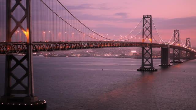 ls oakland bay bridge at dusk / san francisco, california, usa - oakland verwaltungsbezirk alameda county stock-videos und b-roll-filmmaterial
