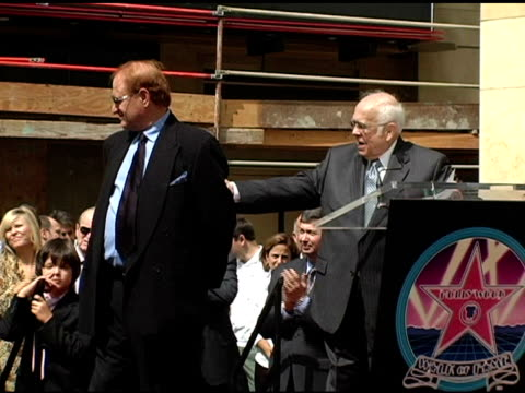 vidéos et rushes de oakland mayor jerry brown on mike medavoy at the dedication of mike medavoy's star on the hollywood walk of fame at hollywood boulevard in hollywood... - maire