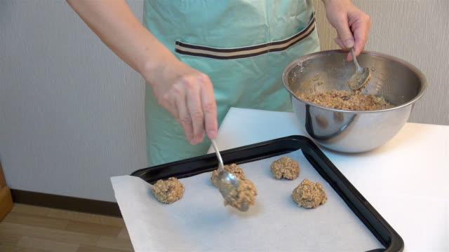 oatmeal cookie dough on a baking sheet - オーブンの天板点の映像素材/bロール
