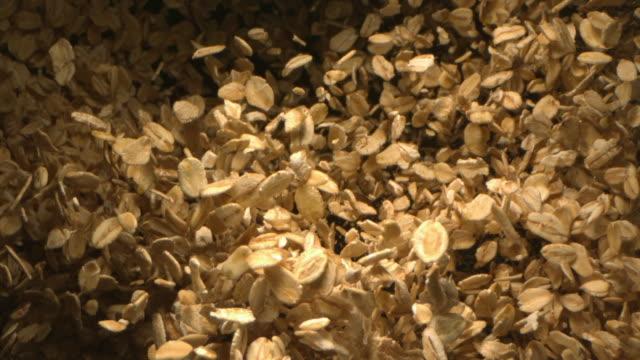 vídeos de stock e filmes b-roll de oats falling in the air in slow motion a top shot 4k - cereais
