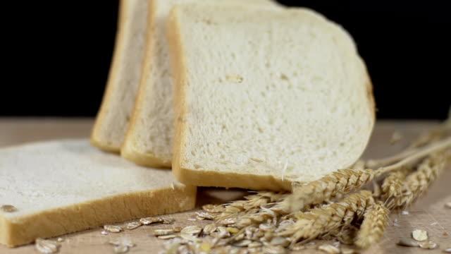 HD SUPER SLOW-MOTION: Avena cadere su pane tostato e cereali