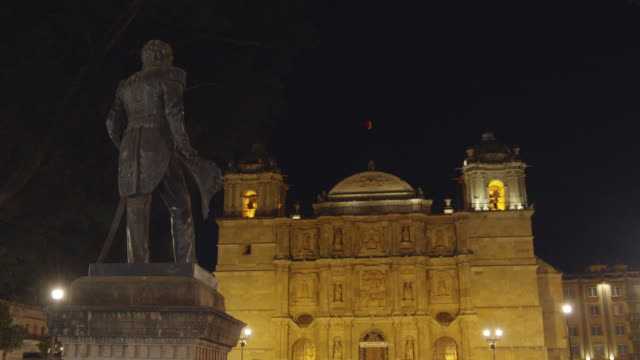 oaxaca cathedral at night. antonio de leon statue on the foreground - 宗教上のシンボル点の映像素材/bロール