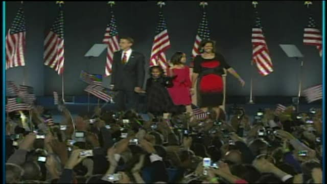 vídeos de stock, filmes e b-roll de wgn obama family on stage after being elected for second term on november 04 2008 in chicago illinois - tomada de posse