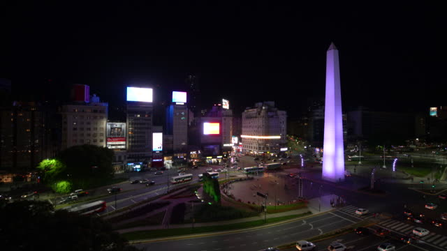 t/l ws ha obelisco de buenos aires and city traffic at night / buenos aires, argentina - avenida 9 de julio video stock e b–roll