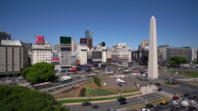 ws ha obelisco de buenos aires and city traffic / buenos aires, argentina - avenida 9 de julio video stock e b–roll