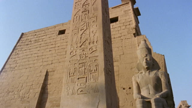 stockvideo's en b-roll-footage met la ms obelisk at entrance to luxor temple/ td ms pan entrance to luxor temple/ luxor, egypt - obelisk