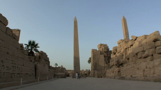 ws obelisk at luxor temple, luxor, egypt - obelisk stock videos & royalty-free footage