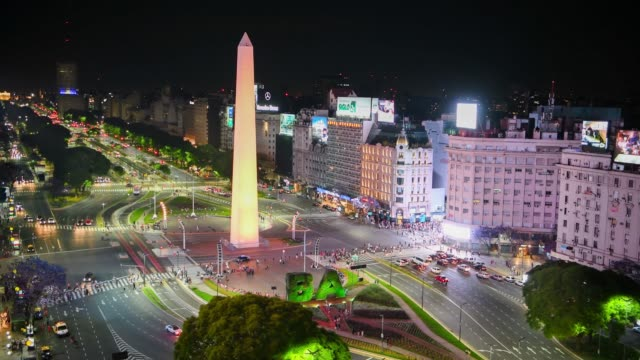 vídeos de stock e filmes b-roll de obelisk, avenida de 9 julio in buenos aires by night - avenida 9 de julio