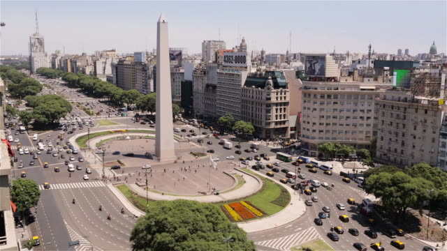 ms, ha obelisk in the plaza de la republica / obelisco de buenos aires / buenos aires, argentina - ブエノスアイレス点の映像素材/bロール