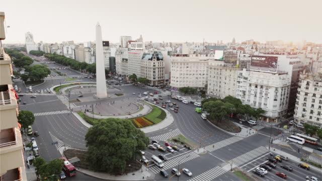 vídeos de stock e filmes b-roll de ws, ha obelisk in the plaza de la republica / obelisco de buenos aires / buenos aires, argentina - obelisco de buenos aires
