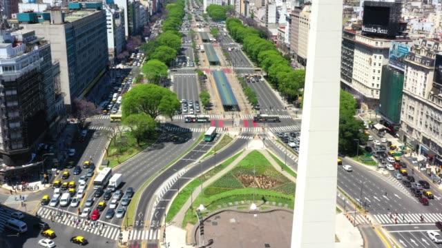 vídeos de stock, filmes e b-roll de marco do obelisco em buenos aires e letras verdes ba - avenida 9 de julio