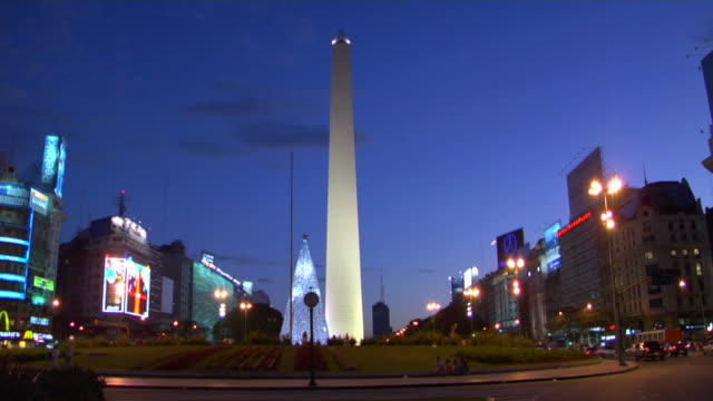 ws obelisk of buenos aires at plaza de la republica illuminated at dusk, buenos aires, argentina - obelisk video stock e b–roll