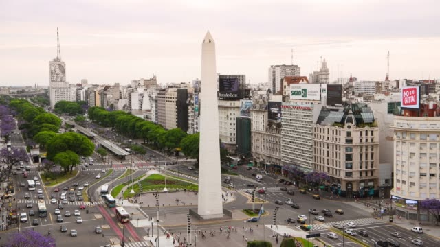 obelisk on avenida de 9 julio in buenos aires - avenida 9 de julio video stock e b–roll