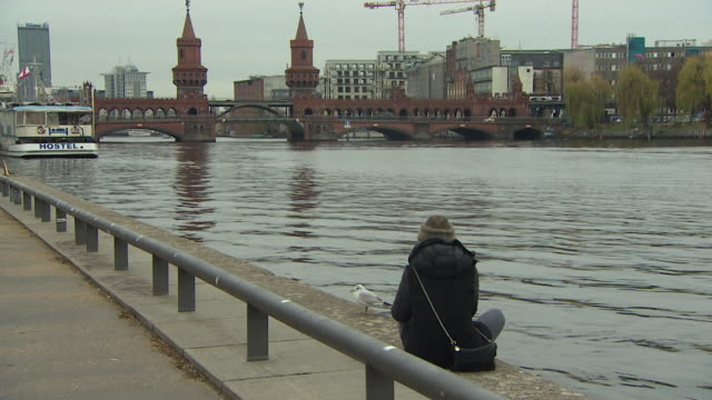 oberbaum bridge across river spree in berlin - スプリー川点の映像素材/bロール