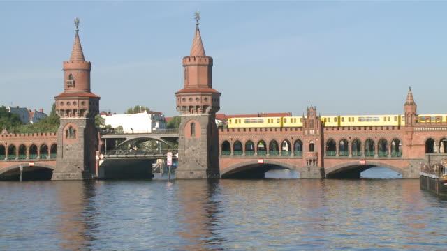 ms oberbaum bridge, spree river and subway train crossing / berlin, germany - komplett stock-videos und b-roll-filmmaterial