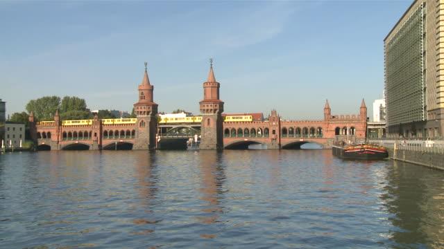ws oberbaum bridge spree river subway train crossing / berlin, germany - komplett stock-videos und b-roll-filmmaterial