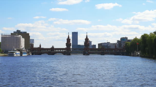 oberbaum bruecke as seen from an excursion boat on the spree - スプリー川点の映像素材/bロール