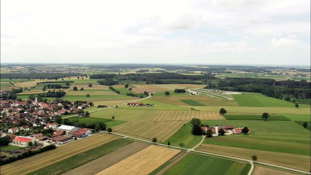 vidéos et rushes de aéroport d'oberpfaffenhofen-vue aérienne-bavière, bavière, landkreis fürstenfeldbruck hélicoptère filmant, vidéo aérienne, cineflex, plan panoramique, en allemagne - lieu d'habitation
