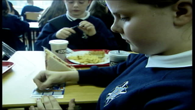 glasgow secondary schoolchildren eating lunch in school canteen pupils rubbing scratch cards dr tim lobstein interviewed sot this means a long... - kantine stock-videos und b-roll-filmmaterial