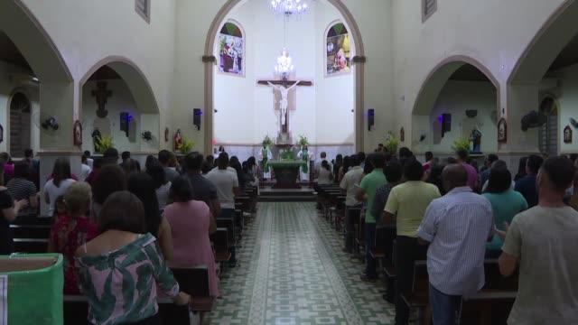 obispos de brasil y peru advierten que la influencia de la iglesia catolica se esta erosionando en la amazonia debido a la poca presencia de... - prete video stock e b–roll