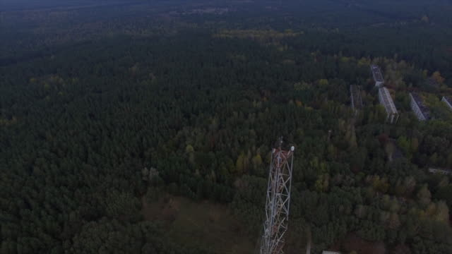 "stockvideo's en b-roll-footage met object ""chernobyl-2"". flight back above the construction with camera up. part 1of2 - kernramp van tsjernobyl"