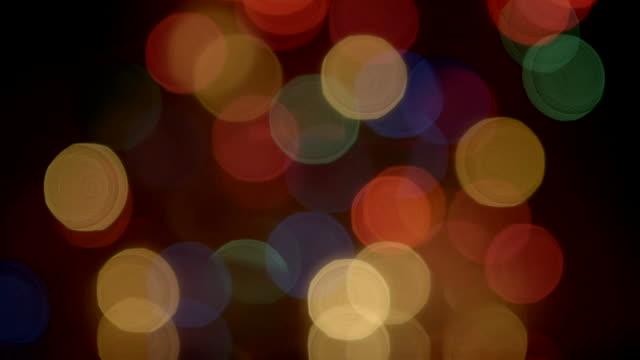 vídeos y material grabado en eventos de stock de objetos giratorio parpadear luces de navidad defocus fondo negro - cambio de oficina