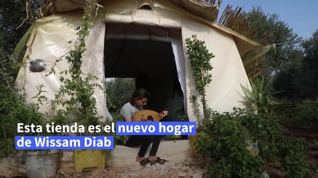 obligado a huir de su pueblo natal con su familia en una siria desgarrada por la guerra, wissam diab, de 19 años, ha llenado su tienda de desplazado... - pueblo built structure stock videos & royalty-free footage