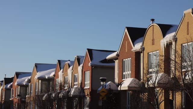 stockvideo's en b-roll-footage met schuine mening van rijhuizen in het gebied van montreal rosemont dat bij zonsondergang op een duidelijke de winterdag wordt gefilmd - stadswoning