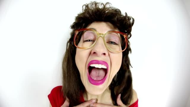 vídeos y material grabado en eventos de stock de desagradable risa mujer de los años 80 - fealdad